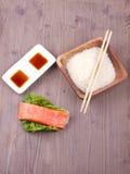 Salmone con riso, salsa ed i bastoncini Fotografie Stock