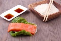 Salmone con riso, salsa ed i bastoncini Fotografie Stock Libere da Diritti