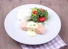 Salmone con salsa olandese e riso Immagini Stock