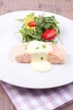 Salmone con salsa olandese ed insalata Fotografia Stock