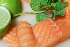 Salmone crudo con calce e basilico Fotografia Stock