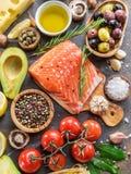 Salmone crudo con le spezie e le verdure sul bordo della grafite fotografia stock libera da diritti