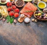 Salmone crudo con le spezie e le verdure sul bordo della grafite immagine stock libera da diritti