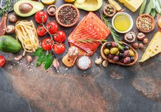 Salmone crudo con le spezie e le verdure sul bordo della grafite fotografia stock