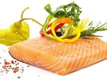 Salmone crudo con le verdure - filetto di pesce fotografia stock libera da diritti