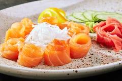 Salmone del sashimi con la frutta e le verdure fotografie stock