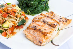 Salmone delizioso della griglia con i piatti laterali Fotografia Stock Libera da Diritti