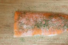 Salmone delizioso fresco con le erbe del prezzemolo isolate su una tavola di legno Fotografia Stock Libera da Diritti