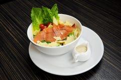 Salmone dell'insalata con formaggio Fotografie Stock