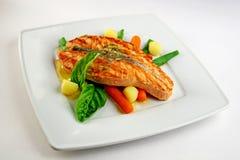 Salmone della griglia con le verdure Immagine Stock