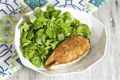 salmone della Miele-senape servito con la valerianella Immagine Stock Libera da Diritti