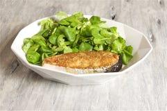 salmone della Miele-senape servito con la valerianella Fotografie Stock