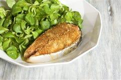 salmone della Miele-senape servito con la valerianella fotografie stock libere da diritti