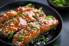 Salmone di Teriyaki, fondo scuro Immagine Stock