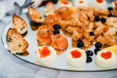 Salmone e cozze cucinati nel ristorante Fotografie Stock