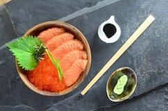 Salmone e Ikura in ciotola di legno Immagini Stock