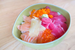 Salmone e tonno freschi giapponesi su fondo di legno Fotografia Stock