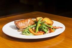Salmone e verdure Fotografia Stock