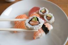 Salmone ed avocado Uramaki Fotografia Stock