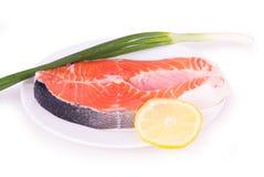 Salmone ed erbe su un piatto bianco Fotografia Stock