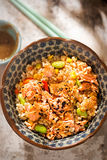 Salmone, edamame, vaso del pasto del riso sbramato con la salsa giapponese del sesamo fotografia stock libera da diritti