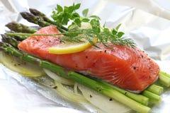 Salmone fresco con asparago in stagnola Immagine Stock