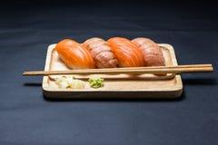 Salmone giapponese dei sushi sul nero Fotografia Stock