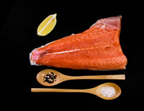 Salmone, limone e cucchiai di legno Immagini Stock Libere da Diritti