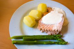 Salmone, patate ed asparago Immagini Stock