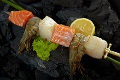 Salmone, pettine e gamberetti allo spiedo Immagine Stock