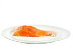 Salmone in piatto su fondo bianco immagini stock
