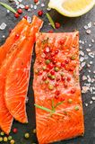 Salmone salato delizioso con le spezie, il limone e l'aneto Immagine Stock