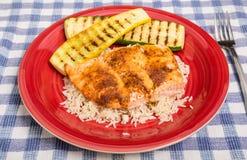 Salmone su riso con zucca sul piatto rosso Fotografia Stock Libera da Diritti