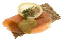 Salmones adornados en el biscote curruscante Fotos de archivo