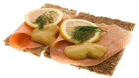 Salmones adornados en el pan integral Imagen de archivo libre de regalías