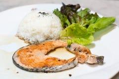 Salmones asados a la parilla con arroz Fotografía de archivo