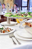 Salmones asados a la parilla en un plato en el vector de cena Imagenes de archivo