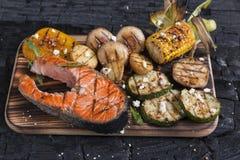 Salmones asados a la parrilla filete con las verduras Foto de archivo libre de regalías