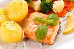 Salmones asados a la parrilla, patatas hervidas y verduras Foto de archivo libre de regalías