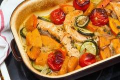 Salmones, calabaza y verduras asados Foto de archivo