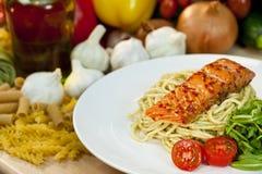 Salmones chamuscados del chile con espagueti y Rocket Fotografía de archivo
