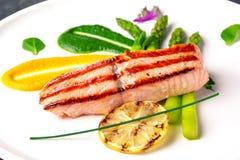 Salmones cocidos adornados con el espárrago Restaurante italiano menú foto de archivo libre de regalías