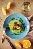 Salmones cocidos adornados con el espárrago y los tomates con las hierbas fotos de archivo