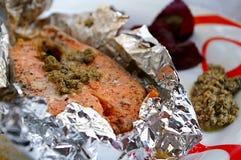 Salmones cocidos al horno con pesto Imagen de archivo
