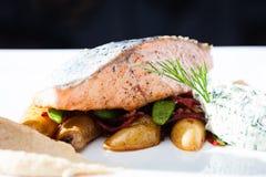 Salmones cocidos con las patatas Fotos de archivo