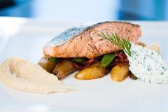 Salmones cocidos con las patatas Imagen de archivo