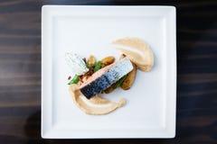 Salmones cocidos con las patatas Foto de archivo