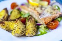Salmones cocidos en la ensalada con las patatas Imagen de archivo