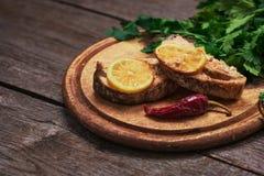 Salmones cocidos jugosos con el limón y las hierbas Foto de archivo libre de regalías