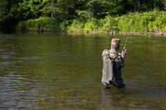 Salmones cogidos tirones del pescador. Foto de archivo
